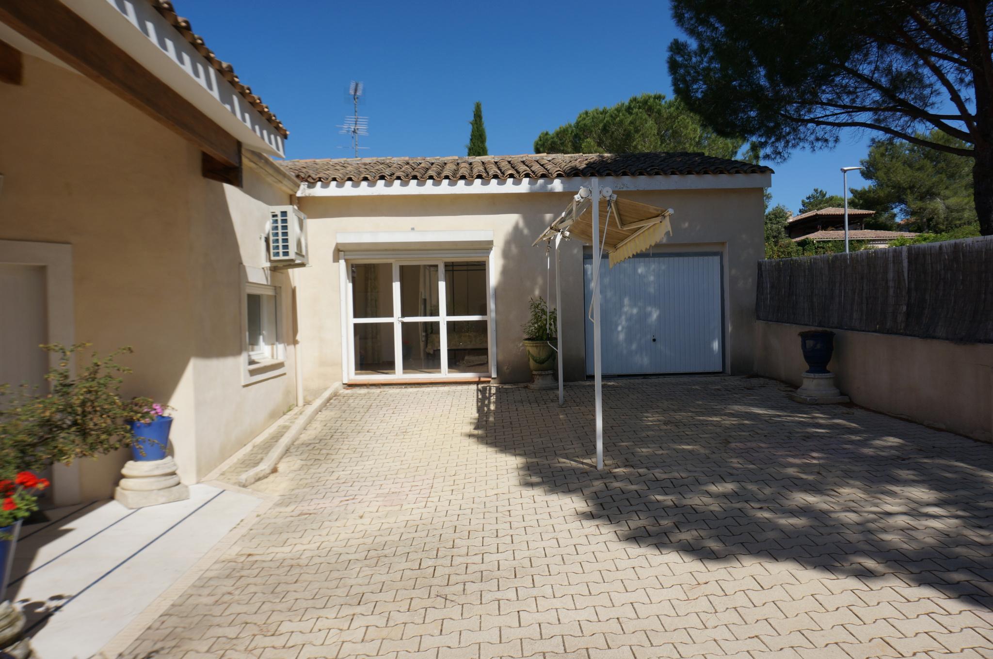 Extérieur avec les 2 entrées aux 2 logements et garage